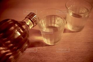 クローズ ボトルとテーブルの上の水のガラスのの写真・画像素材[1276894]
