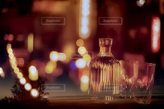 テーブルの上のビールのグラスの写真・画像素材[1277008]