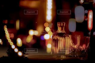テーブルの上のビールのグラスの写真・画像素材[1277017]