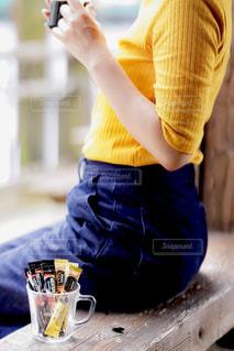 カップから飲む人の写真・画像素材[1290316]
