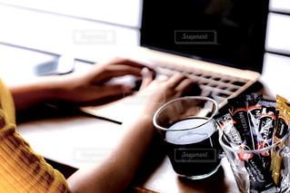 テーブルの上に座っているラップトップ コンピューターの写真・画像素材[1290391]