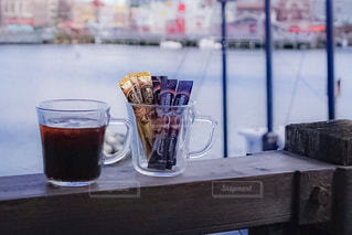 テーブルの上のコーヒー カップの写真・画像素材[1291147]