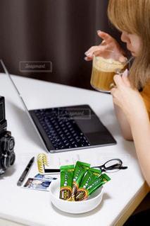 食事のテーブルに座っている女性の写真・画像素材[1292965]