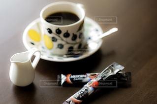 テーブルの上のコーヒー カップの写真・画像素材[1292977]