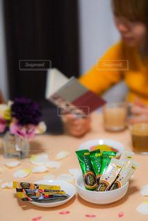 ケーキでテーブルに座っている人の写真・画像素材[1293382]