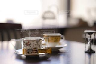 テーブルの上のコーヒー カップの写真・画像素材[1294284]