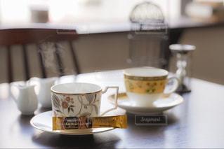 テーブルの上のコーヒー カップの写真・画像素材[1294294]