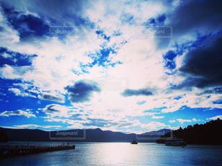水体の上空で雲のグループの写真・画像素材[1313585]