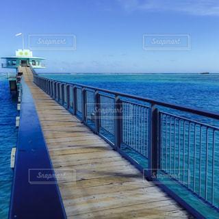 水の体の横に木製の桟橋の写真・画像素材[1313587]