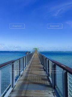 水の体の上の橋の写真・画像素材[1313588]
