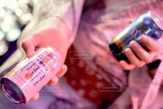 ボトルを持つ手の写真・画像素材[1324967]