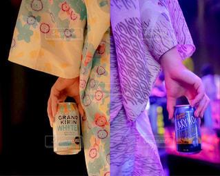 ボトルを保持している人の写真・画像素材[1325116]