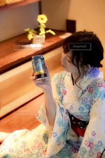テーブルに座っている少女の写真・画像素材[1326353]