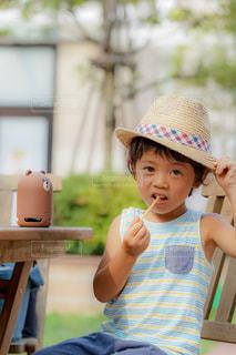 帽子をかぶった小さな男の子の写真・画像素材[1358756]