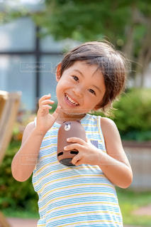 スマートスピーカーで話している男の子の写真・画像素材[1358759]