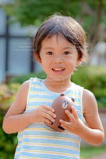 スマートスピーカーを持っている男の子の写真・画像素材[1358763]
