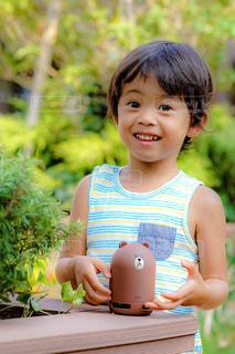 スマートスピーカーで遊ぶ男の子の写真・画像素材[1358768]