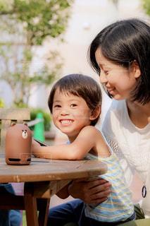 テーブルに座っている母と子の写真・画像素材[1358793]