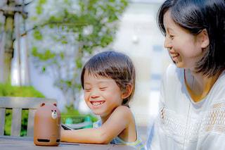 スマートスピーカーで楽しむ子供の写真・画像素材[1359219]