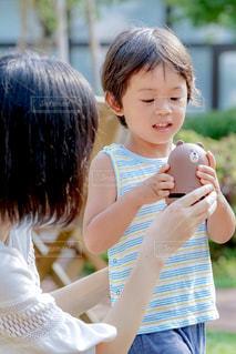 スマートスピーカーを持っている子の写真・画像素材[1359286]