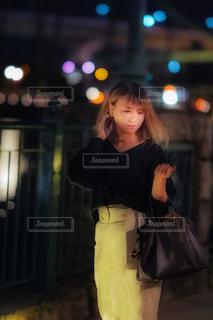 黒のドレスを着ている女性の写真・画像素材[1588032]