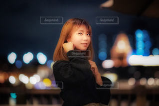 電話で話している若い女の子の写真・画像素材[1588055]