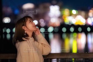 携帯電話で話している若い女の子の写真・画像素材[1604709]