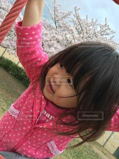 草の中に立っている少女 - No.844719