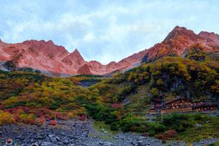 背景の大きな山の写真・画像素材[844833]