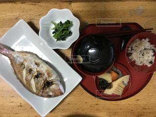 テーブルの上に食べ物のプレート - No.856651