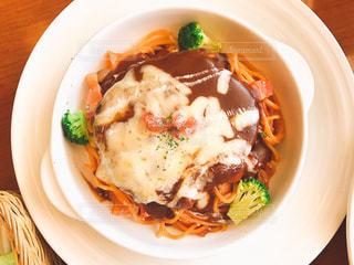 肉と野菜をトッピング白プレートの写真・画像素材[1044271]