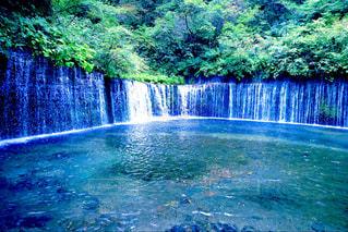水の体の上の大きな滝の写真・画像素材[1044454]