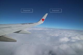 大型航空機を空中に高く飛ぶの写真・画像素材[1123537]