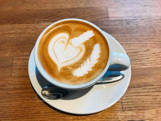 テーブルの上のコーヒー カップの写真・画像素材[1123578]