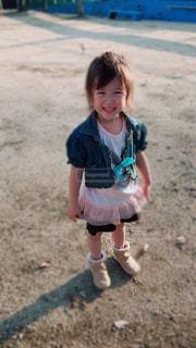 散歩してる笑顔のかわいい女の子の写真・画像素材[846190]