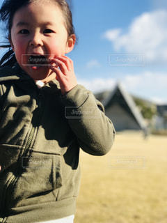 ホットドッグを食べる少年の写真・画像素材[1016421]