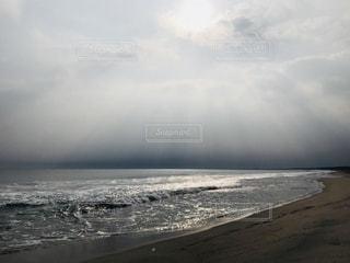 青空から差し込む太陽の光の写真・画像素材[1097317]