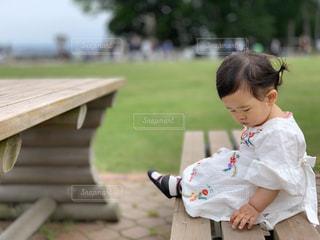 ベンチに座る女の子の写真・画像素材[2385602]