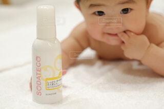 歯ブラシの上に座っている赤ん坊の写真・画像素材[3935401]