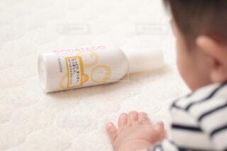 赤ちゃんを抱いている人の写真・画像素材[3935411]