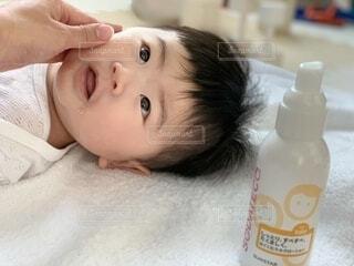 ベッドに横たわる赤ん坊の写真・画像素材[3941273]