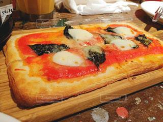 木製のテーブルでピザのスライスの写真・画像素材[873277]