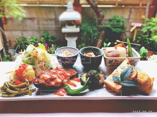 テーブルの上に食べ物の写真・画像素材[873499]