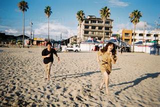 砂浜を歩いている人のグループの写真・画像素材[1235266]