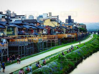 水の体の上の橋を渡って歩いている人々 のグループの写真・画像素材[906852]