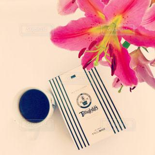 すきなお花とともにいただく朝のコーヒーの写真・画像素材[929531]