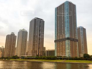 川岸に建つタワーマンションの写真・画像素材[1102941]