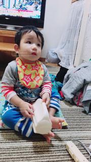 テーブルに座っている小さな子供の写真・画像素材[890664]