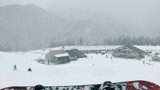 雪に覆われた山をスキーに乗っている人のグループの写真・画像素材[936761]