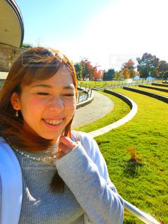 selfie を取っている笑顔の女の子の写真・画像素材[847707]